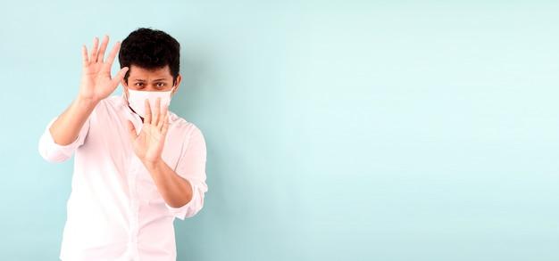 De aziatische mens die een masker draagt is doen schrikken geïsoleerde zieken Premium Foto