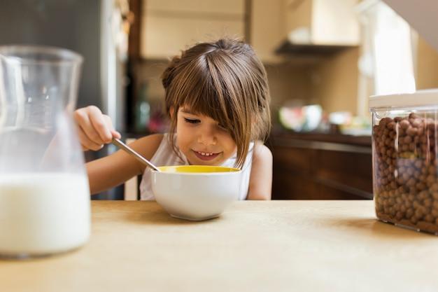 De babymeisje dat van de close-up ontbijt eet Gratis Foto