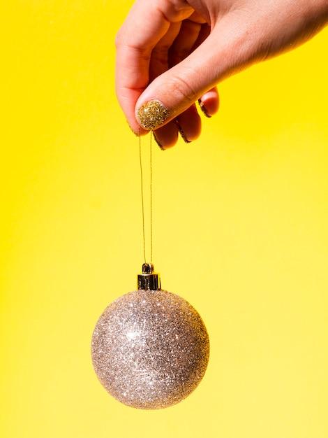 De bal van de de holdingsdecoratie van de close-up Gratis Foto