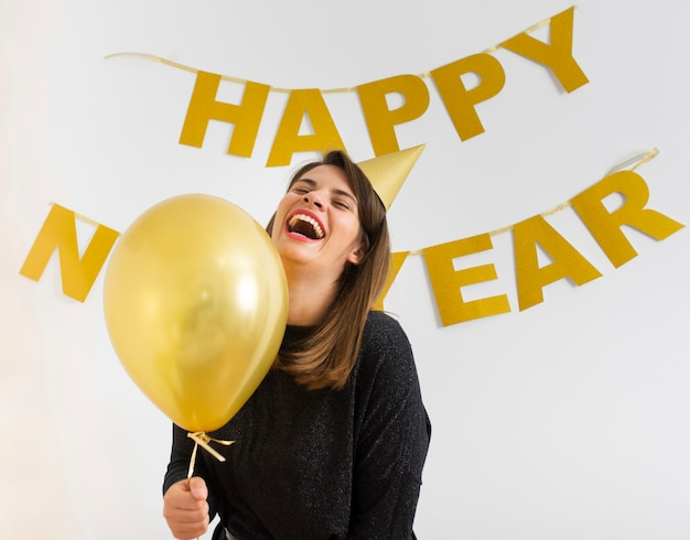 De ballon die van de vrouwenholding nieuw jaar vieren Gratis Foto