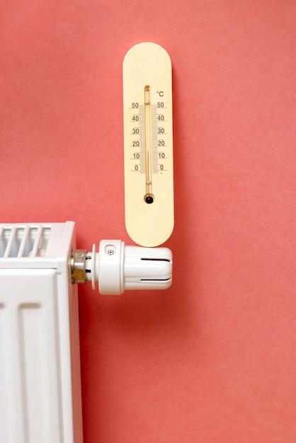 De batterij of het systeem van verwarming in het appartement Premium Foto