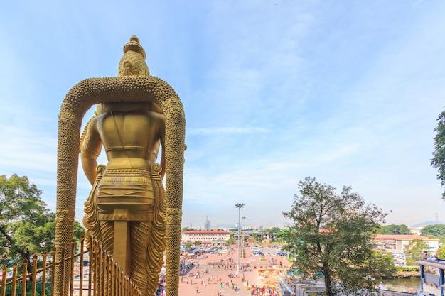 De batu-grotten lord murugan statue en ingang dichtbij kuala lumpur maleisië. Premium Foto