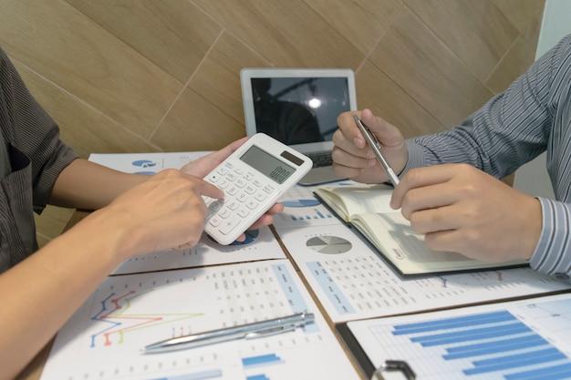 De bedrijfsaccountant heeft de financiële rekeningen van het bedrijf onderzocht om zich voor te bereiden op de bedrijfsontwikkeling Premium Foto