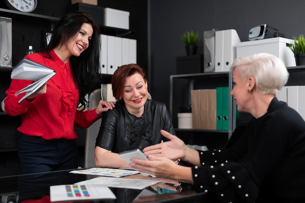 De bedrijfsvrouwen bespreken financiële documenten bij bureau in bureau Premium Foto