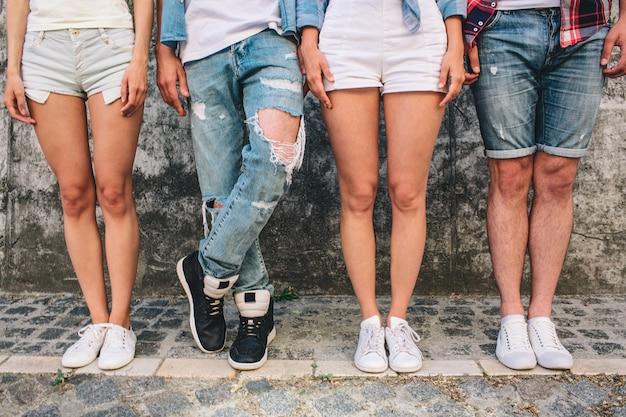 De benen van mensen in jeans en shorts Premium Foto