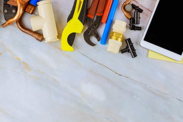 De benodigde gereedschappen voor loodgieters werden door een vakman voorbereid voordat sanitairmateriaal werd gerepareerd Premium Foto