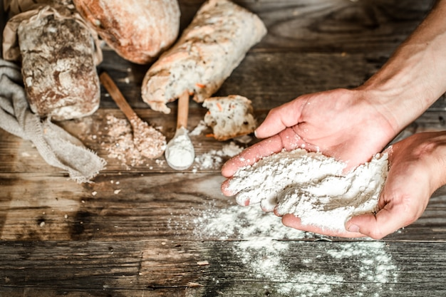 De bereiding van brood Gratis Foto