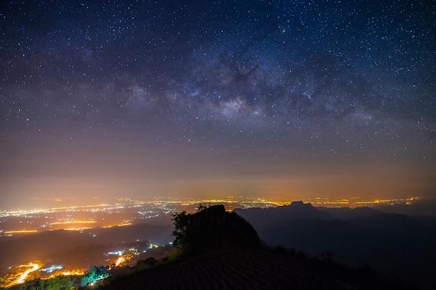 De berg van het nachtlandschap en de melkachtige achtergrond van de maniermelkweg Premium Foto