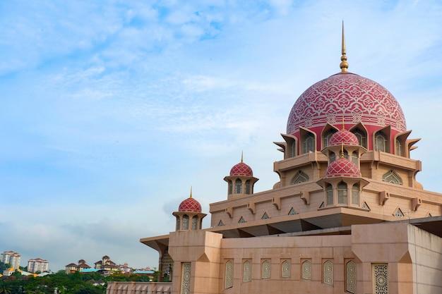 De beroemdste toeristische attractie van de putramoskee in kuala lumpur maleisië Premium Foto