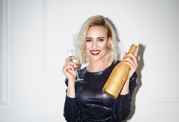 De betoverende fles van de vrouwenholding champagne Gratis Foto