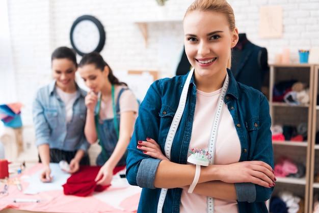 De blijf en het glimlach van de glimlachvrouw in fabrieksruimte Premium Foto