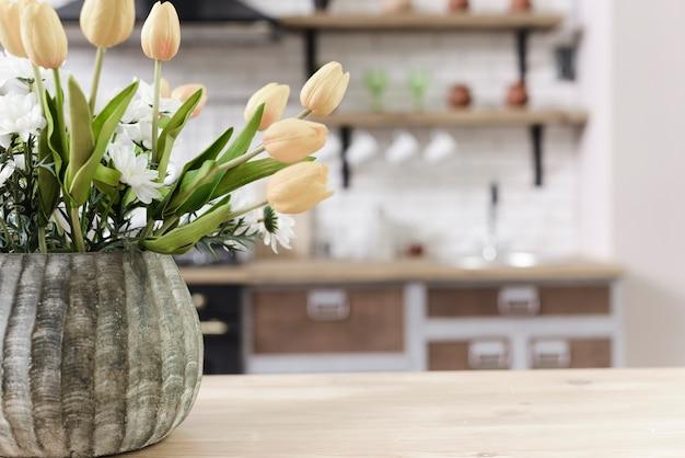 De bloemdecoratie van de close-up op tafelblad in moderne keuken Premium Foto
