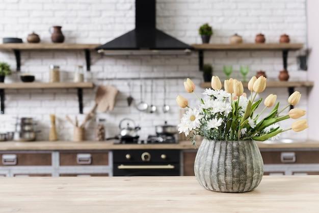 De bloemdecoratie van de close-up op tafelblad in moderne keuken Gratis Foto