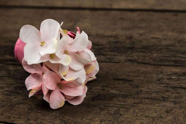 De bloemenboeket van de pastelkleur roze hydrangea hortensia op houten met copyspace voor tekst Premium Foto