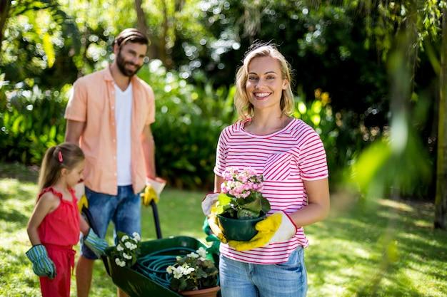 De bloempot van de vrouwenholding met familie bij werf Premium Foto