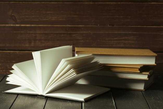 De boeken sluiten omhoog op oude houten lijst Premium Foto
