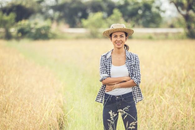 De boer is in het rijstveld en zorgt voor haar rijst. Gratis Foto