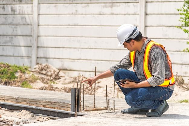 De bouwingenieur van de mens bij bouwwerf Premium Foto