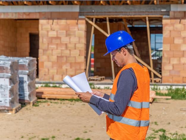 De bouwmanager inspecteert het project Premium Foto