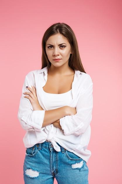 De boze vrouw toont irritatie recht kijkend zonder glimlach Gratis Foto