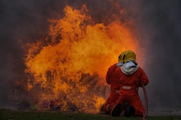 De brandbestrijder gebruikt water in brandbestrijdingsverrichting Premium Foto