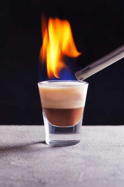 De brandende cocktail van de chocoladevanille in een glas Premium Foto