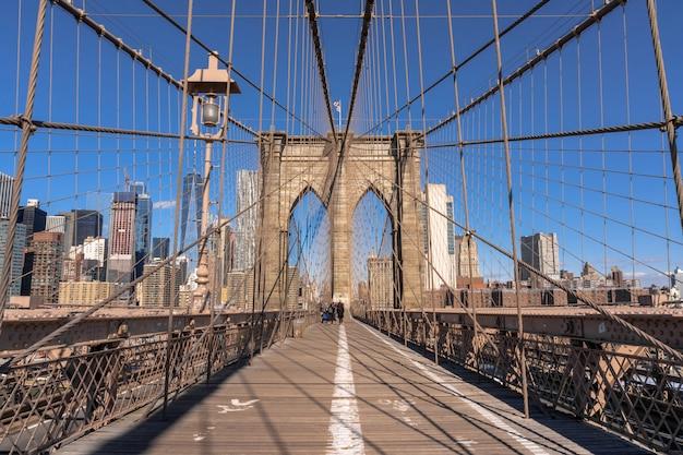 De brug van brooklyn bij de ochtend, horizon de van de binnenstad van de vs, architectuur en de bouw met toerist Premium Foto