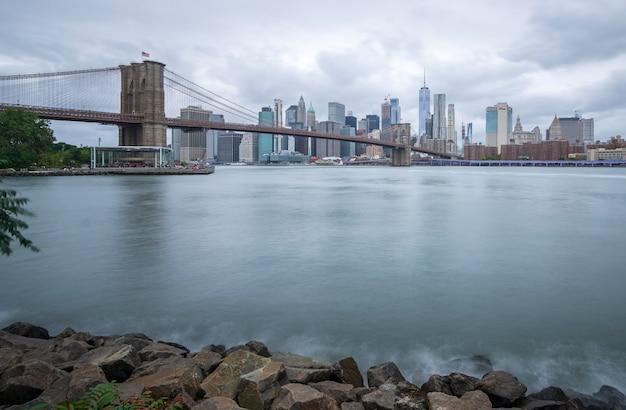De brug van brooklyn die van het park bewolkte dag van brooklyn wordt gezien Premium Foto