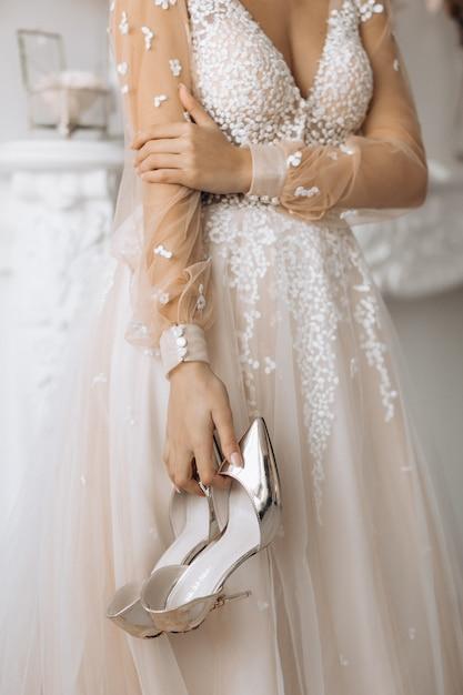 De bruid houdt haar hielen op haar huwelijksdag Gratis Foto