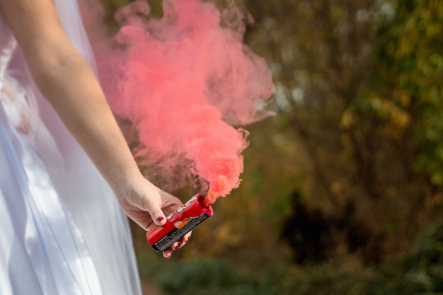 De bruid houdt rookbom in zijn handen, het concept familierelaties Premium Foto