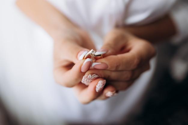 De bruid houdt tedere verlovingsring in haar handen Gratis Foto