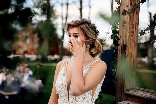 De bruid huilt luisterend de huwelijksgelofte van de bruidegom Gratis Foto