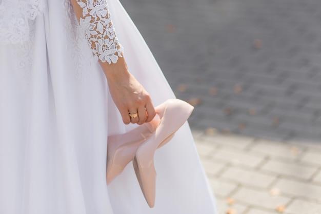 De bruid nam de ongemakkelijke schoenen uit Premium Foto