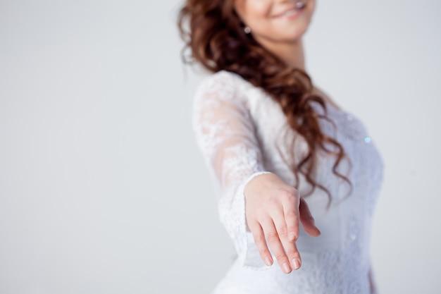 De bruid steekt haar hand uit Premium Foto