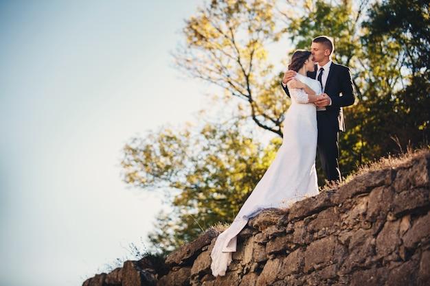 De bruidegom kust zijn bruid Premium Foto