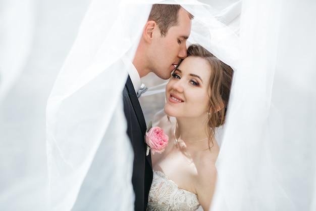 De bruidegom kust zijn geliefde vrouw Gratis Foto