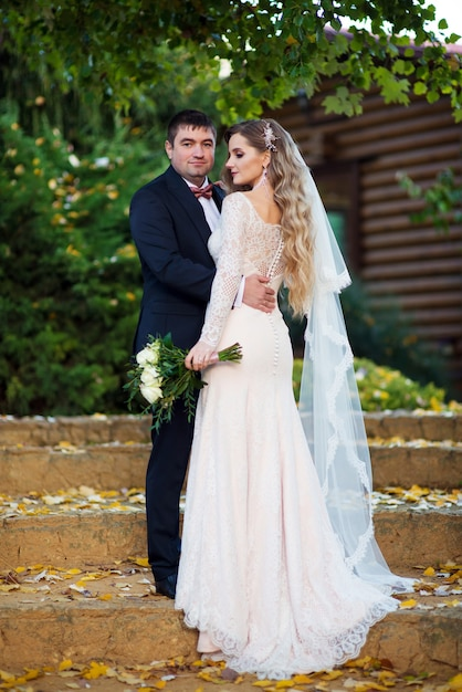 De bruidegom tilde zijn bruid op en kijkt vooruit Premium Foto
