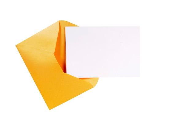 De bruine envelop van manilla met lege brievenkaart Gratis Foto