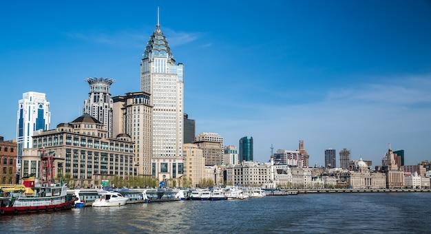 De bund, shanghai gezien vanaf de rivier Premium Foto