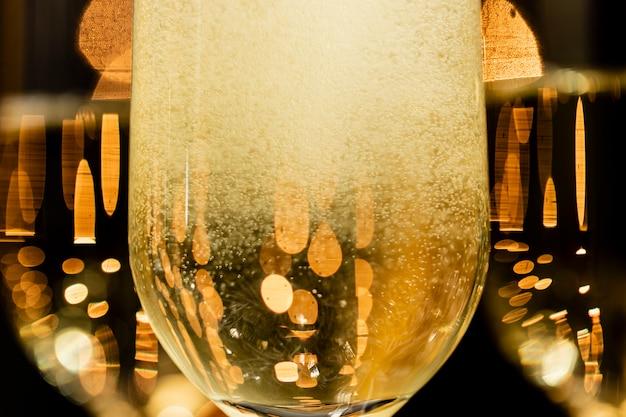 De champagnebellen van de close-up in glazen Gratis Foto