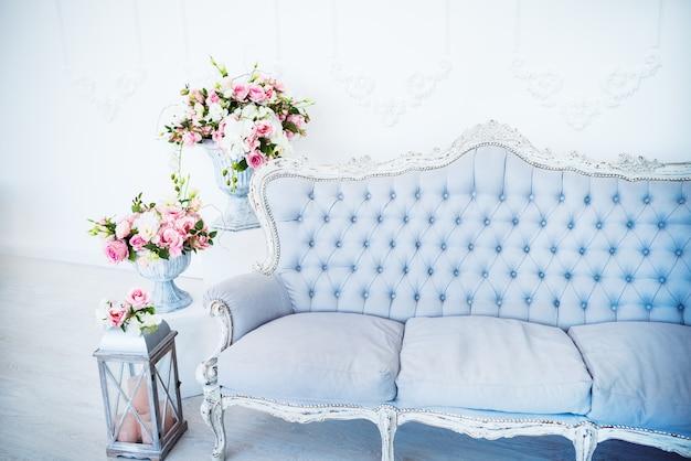 De chique inrichting en gezellige sfeer in een lege woonkamer met fauteuils met bloempotten en decor Premium Foto