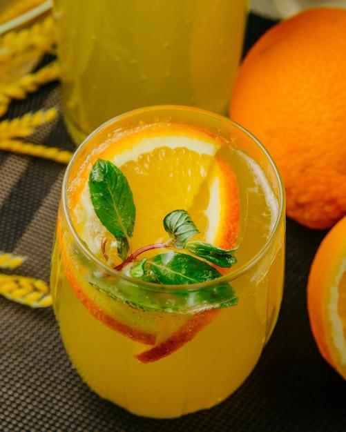 De citrusvruchtenlimonade sneed het oranje zijaanzicht van de sodawatermunt Gratis Foto