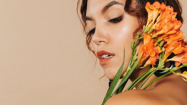 De close-up schoot vrij jonge vrouw met exemplaar-ruimte Gratis Foto