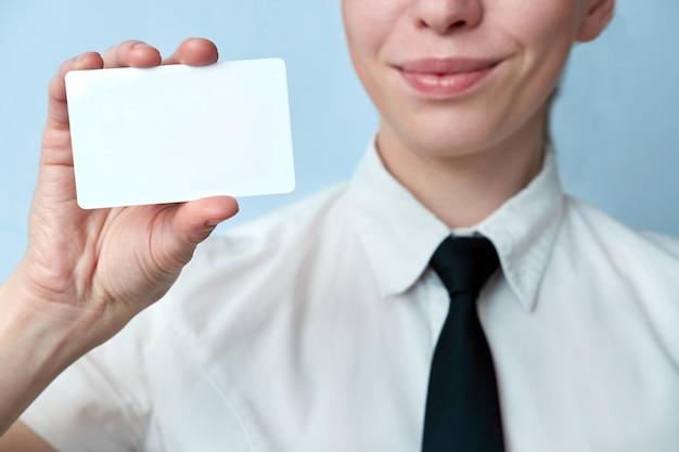 De close-upmening van werknemer van de bank biedt een plastic kaart aan. bedrijfsvrouw die plastic creditcard of adreskaartje tonen. Premium Foto