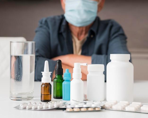 De containers van het close-upmedicijn op bureau Gratis Foto