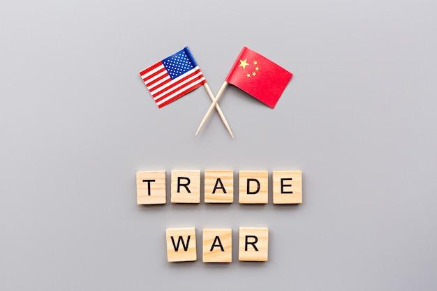De creatieve hoogste meningsvlakte legt van de vlaggen van de vs en van china Premium Foto