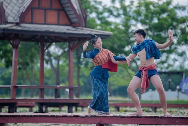 De dansersvrouw en man van thailand in nationaal kostuum Gratis Foto
