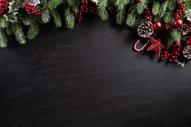 De decoratieachtergrond van kerstmis op zwarte houten achtergrond. Premium Foto