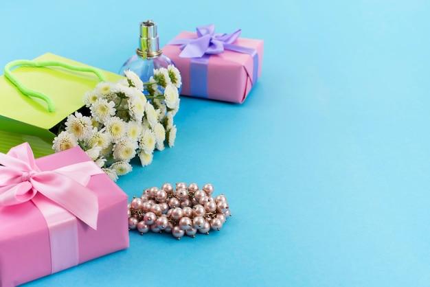 De decoratieve samenstellingsdozen met giften bloeien de juwelen van vrouwen het winkelen vakantie Premium Foto