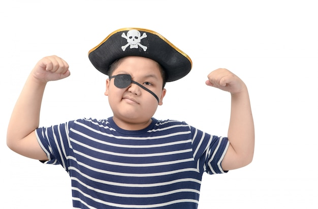 De dikke jongen die een piraatkostuum draagt toont spier Premium Foto
